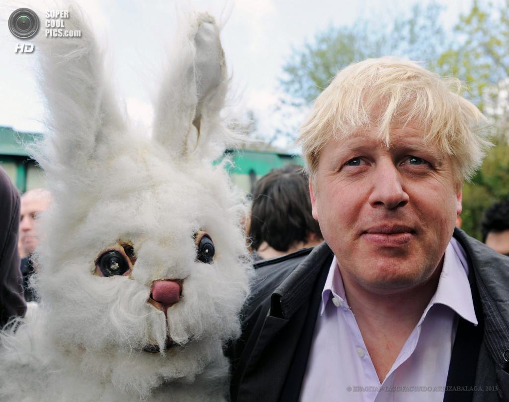 Англия. Лондон. 27 апреля. Мэр Лондона Борис Джонсон с демонстрантом в костюме кролика на акции протеста против расширения аэропорта «Хитроу». (EPA/ИТАР-ТАСС/FACUNDO ARRIZABALAGA)