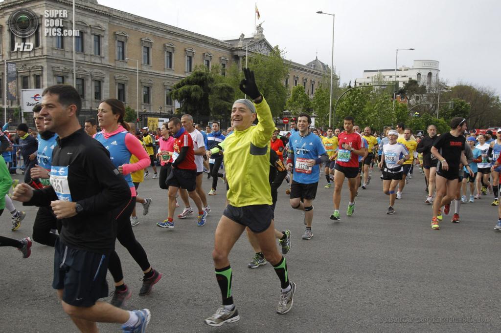 Испания. Мадрид. 28 апреля. Марафонцы пробегают Национальную библиотеку Испании. (EPA/ИТАР-ТАСС/KIKO HUESCA)