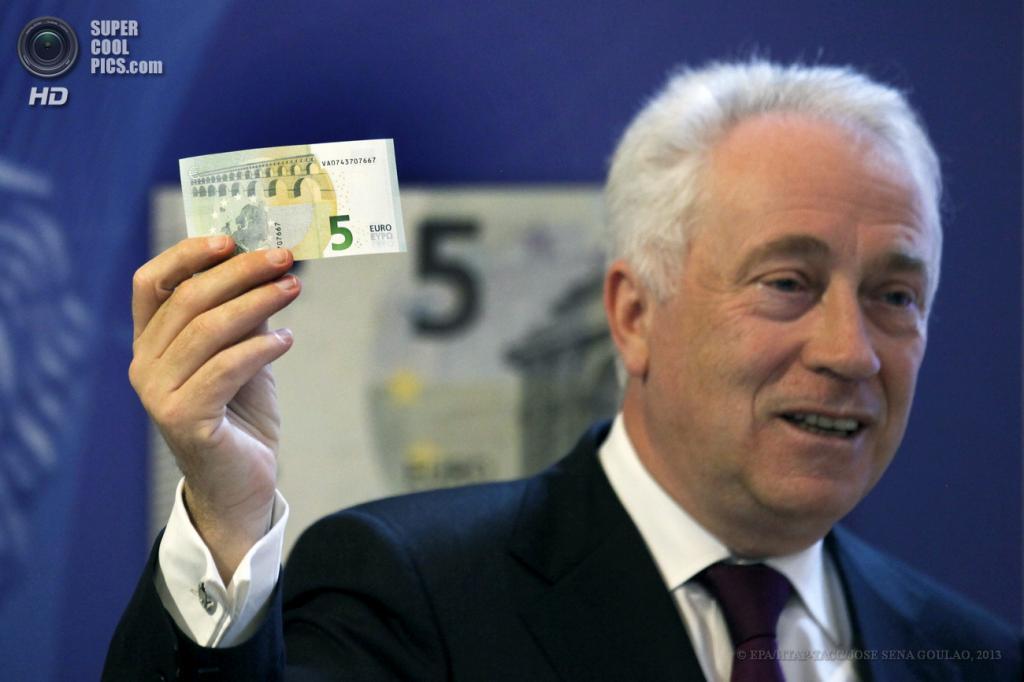 Португалия. Лиссабон. 29 апреля. Презентация новой банкноты достоинством €5. (EPA/ИТАР-ТАСС/JOSE SENA GOULAO)