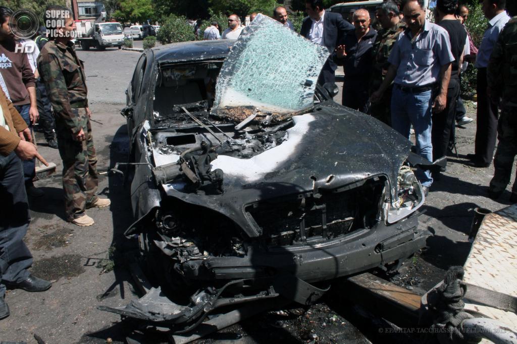 Сирия. Дамаск. 29 апреля. На месте подрыва машины возле кортежа премьер-министра Сирии Ваиля аль-Халки. (EPA/ИТАР-ТАСС/BASSEM TELLAWI)