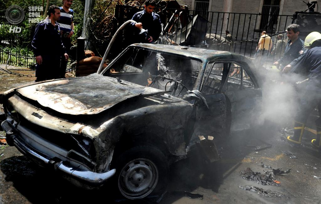 Сирия. Дамаск. 30 апреля. На месте взрыва у здания МВД. (EPA/ИТАР-ТАСС/SANA)