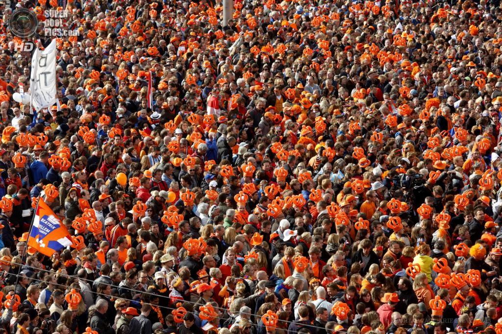 Нидерланды. Амстердам. 30 апреля. На центральной площади Дам во время церемонии отречения от престола королевы Беатрикс и передачи власти Виллему-Александру. (EPA/ИТАР-ТАСС/ARIE KIEVIT)