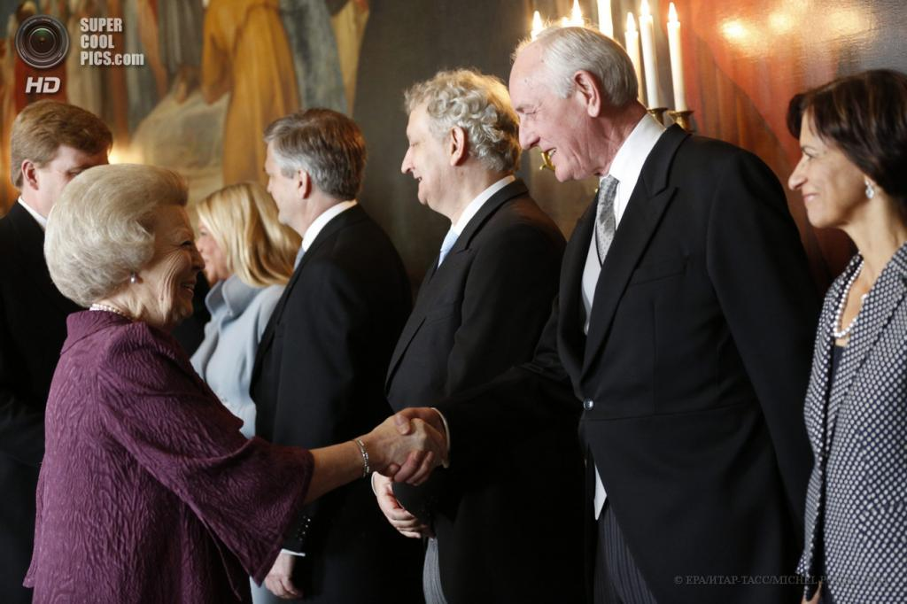 Нидерланды. Амстердам. 30 апреля. Королева Беатрикс (слева) во время церемонии отречения от престола и передачи власти Виллему-Александру. (EPA/ИТАР-ТАСС/MICHEL PORRO)