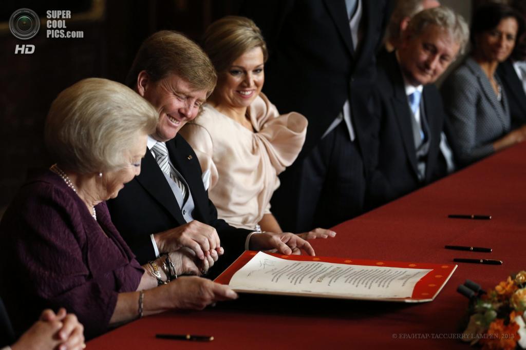 Нидерланды. Амстердам. 30 апреля. Королева Беатрикс, принц Виллем-Александр и его супруга Максима (слева направо) во время церемонии отречения от престола и передачи власти. (EPA/ИТАР-ТАСС/JERRY LAMPEN)