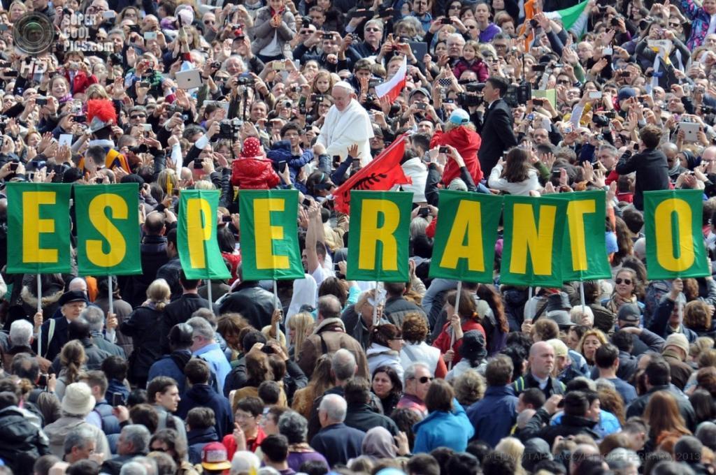 Папа Римский Франциск I объезжает площадь Святого Петра на «папамобиле». (EPA/ETTORE FERRARI)