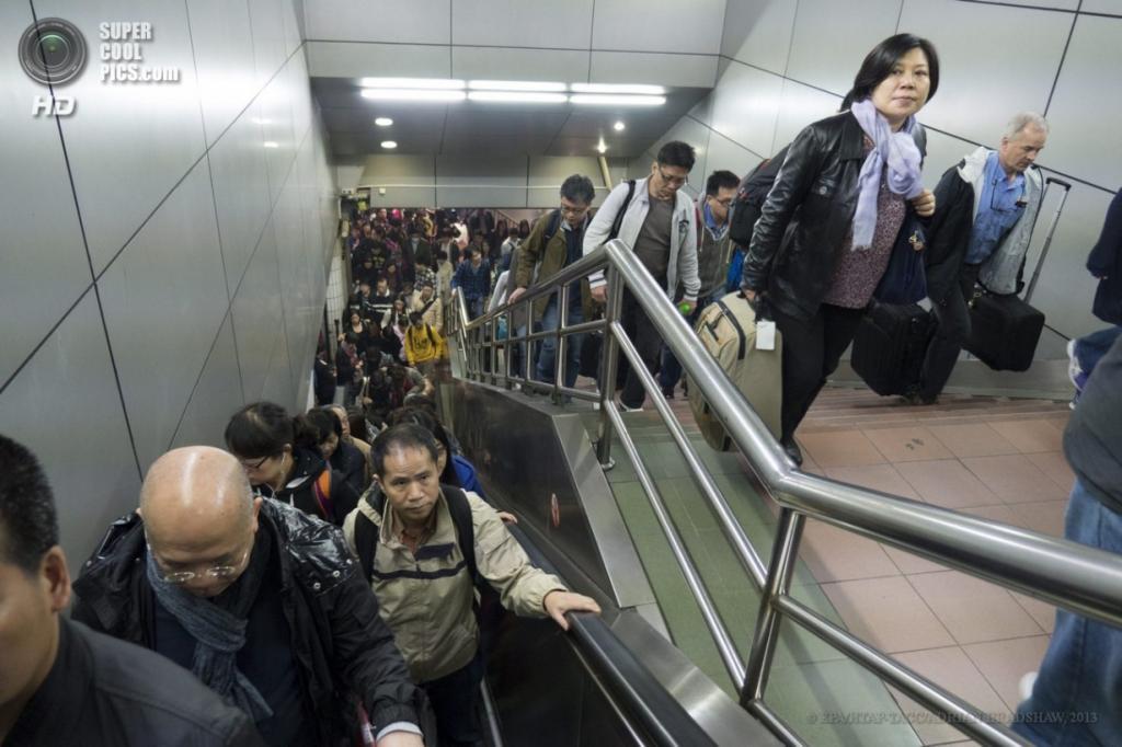 Китай. Гуанчжоу. 2 апреля. Лестницы, ведущие из вестибюлей терминала на платформы. (EPA/ИТАР-ТАСС/ADRIAN BRADSHAW)