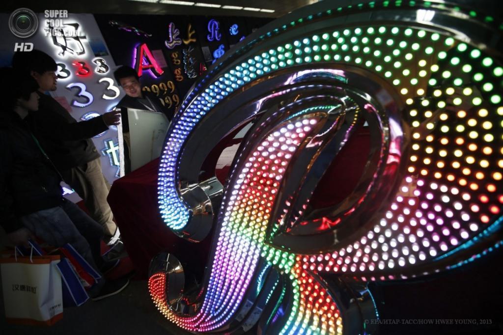 Китай. Пекин. 3 апреля. Участники и посетители Международной выставки светодиодных технологий. (EPA/ИТАР-ТАСС/HOW HWEE YOUNG)