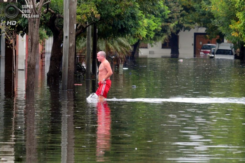 Аргентина. Ла-Плата, Буэнос-Айрес. 3 апреля. Мужчина бредёт по затопленной улице. (EPA/ИТАР-ТАСС/JAVIER BRUSCO)