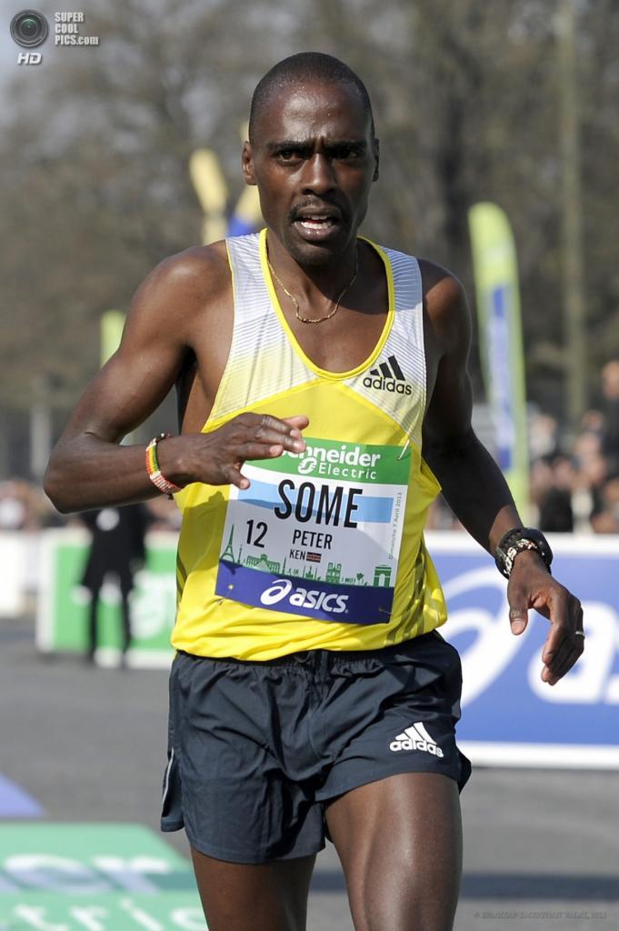 Франция. Париж. 7 апреля. Кенийский бегун Питер Соме пересекает финишную черту 37-го Парижского марафона. (EPA/ИТАР-ТАСС/YOAN VALAT)