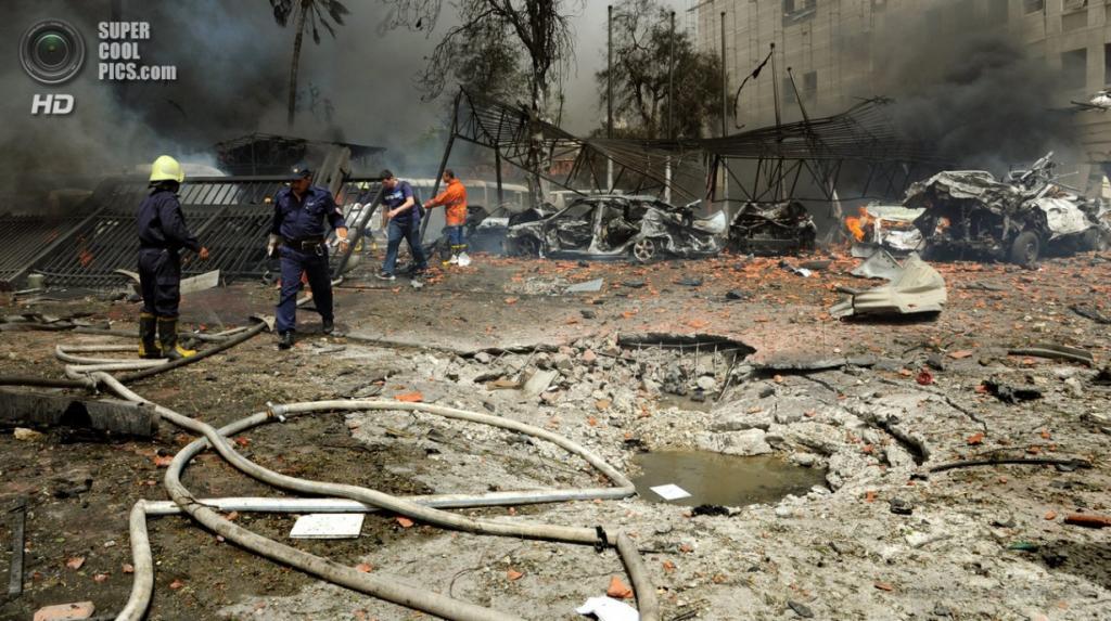 Сирия. Дамаск. 8 апреля. Взрыв автомобиля близ площади Сабаа-Бухейрат. (EPA/ИТАР-ТАСС/SANA)
