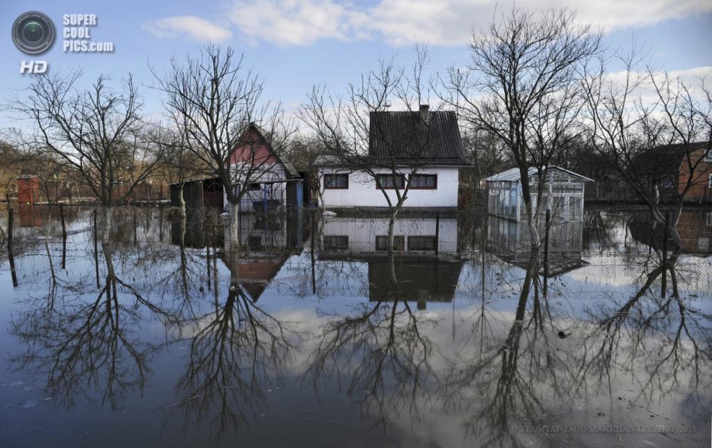 Украина. Червоноград, Львовская область. 8 апреля. Наводнение на Западной Украине. (EPA/ИТАР-ТАСС/MARKIIAN LYSEIKO)