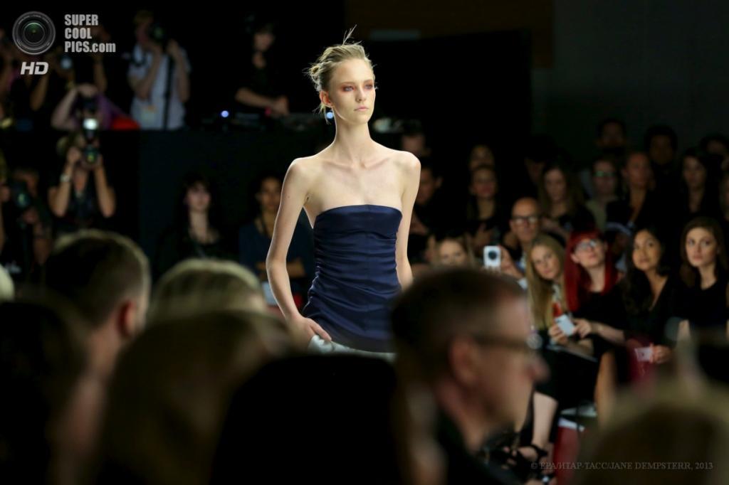 Австралия. Сидней, Новый Южный Уэльс. 8 апреля. Показ новой коллекции Bec & Bridge на Неделе моды в Сиднее. (EPA/ИТАР-ТАСС/PAUL MILLER)