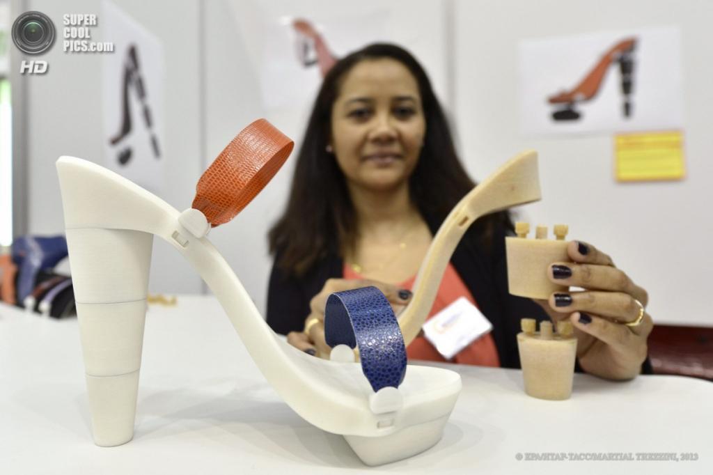 Швейцария. Женева. 10 апреля. Мари-Адриенна Гид из Франции презентует туфли со съёмными каблуками и взаимозаменяемыми элементами во время 41-й Международной выставки инноваций. (EPA/ИТАР-ТАСС/MARTIAL TREZZINI)