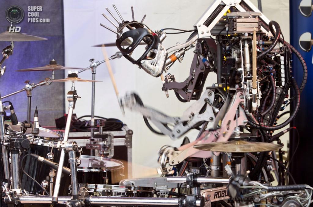 Германия. Франкфурт-на-Майне, Гессен. 9 апреля. Четырёхрукий роботический ударник по имени Стикбой на международной выставке музыкальной индустрии Musikmesse 2013. (EPA/ИТАР-ТАСС/FRANK RUMPENHORST)
