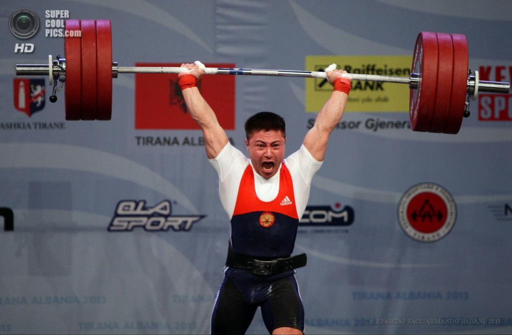 Албания. Тирана. 10 апреля. Российский спортсмен Олег Чен, завоевавший золотую медаль в весовой категории до 69 кг, во время соревнований на чемпионате Европы по тяжёлой атлетике. (EPA/ИТАР-ТАСС/ARMANDO BABANI)