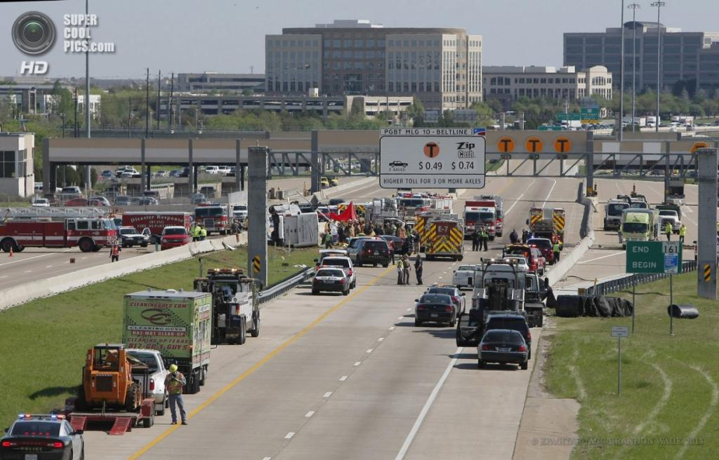 США. Ирвинг, Техас. 11 апреля. Спасательные работы на месте аварии пассажирского автобуса. (EPA/ИТАР-ТАСС/BRANDON WADE)