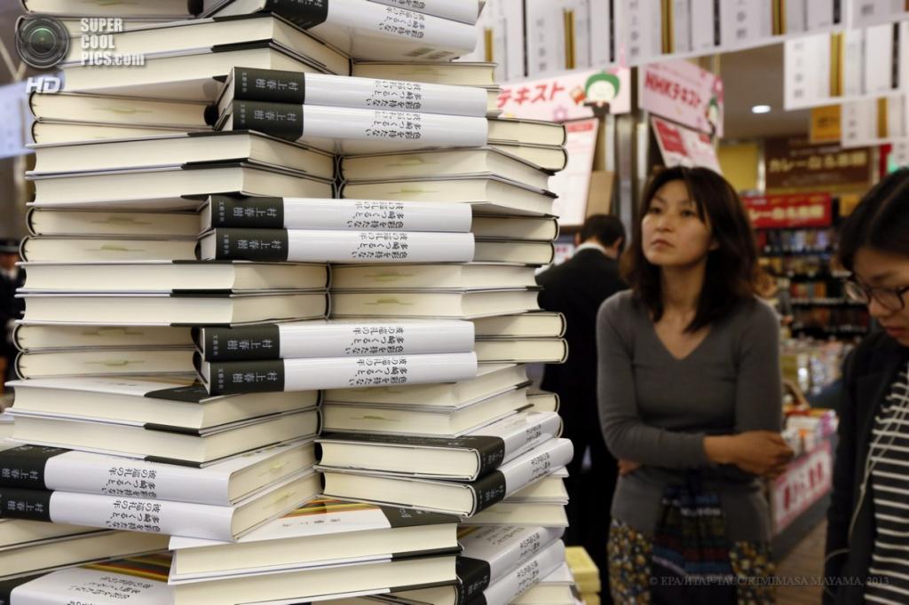 Токио. Япония. 12 апреля. Продажи нового романа Харуки Мураками в книжном магазине. (EPA/ИТАР-ТАСС/KIMIMASA MAYAMA)
