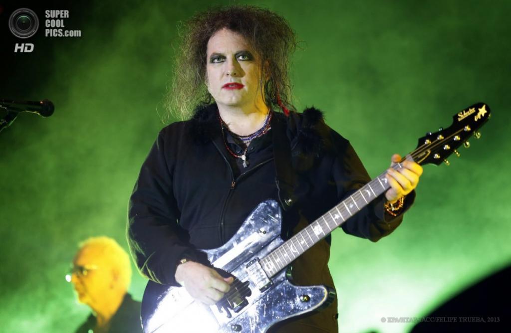 Чили. Сантьяго. 14 апреля. Концерт британской рок-группы The Cure на 60-тысячном стадионе «Насиональ де Чили». (EPA/ИТАР-ТАСС/FELIPE TRUEBA)