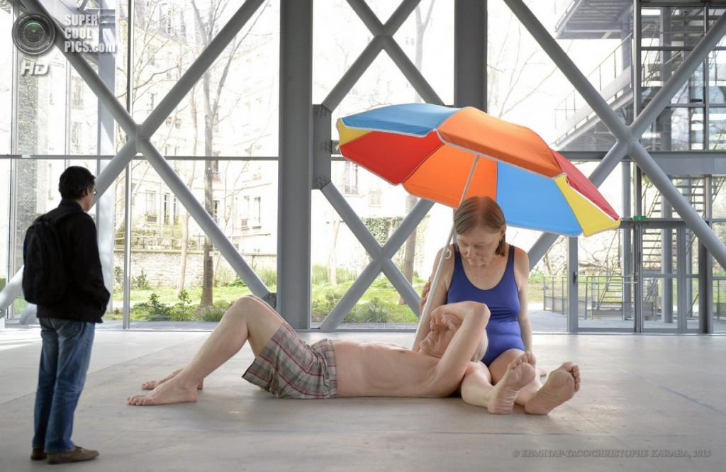 Франция. Париж. 15 апреля. Скульптура «Пара под зонтом». (EPA/ИТАР-ТАСС/CHRISTOPHE KARABA)