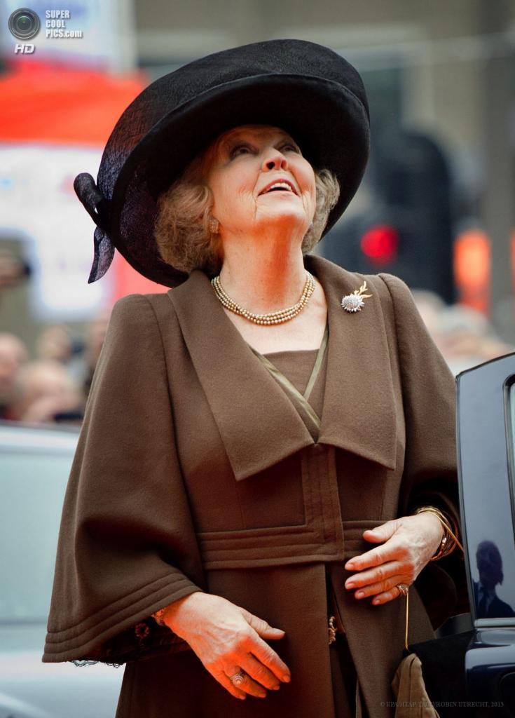 Нидерланды. Амстердам. 13 апреля. Королева Беатрикс на церемонии открытия Государственного музея после реконструкции. (EPA/ИТАР-ТАСС/ROBIN UTRECHT)