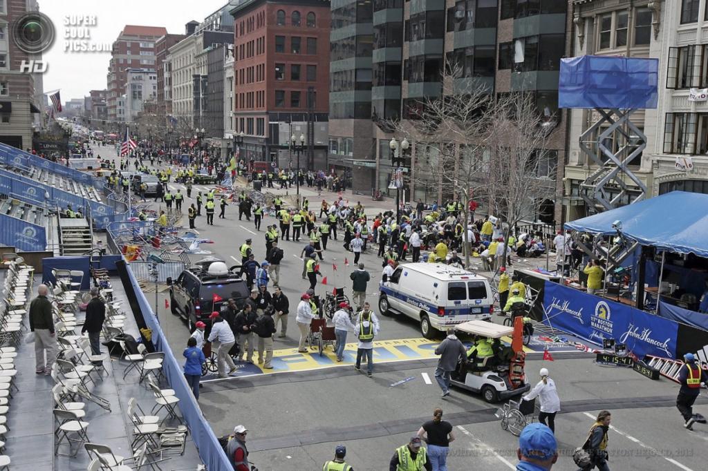 США. Бостон, Массачусетс. 15 апреля. На месте взрывов у финишной линии Бостонского марафона. (EPA/ИТАР-ТАСС/STUART CAHILL/THE BOSTON HERALD)