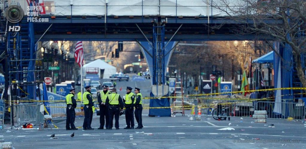 США. Бостон, Массачусетс. 16 апреля. Оцепление на месте взрывов. (EPA/ИТАР-ТАСС/JUSTIN LANE)