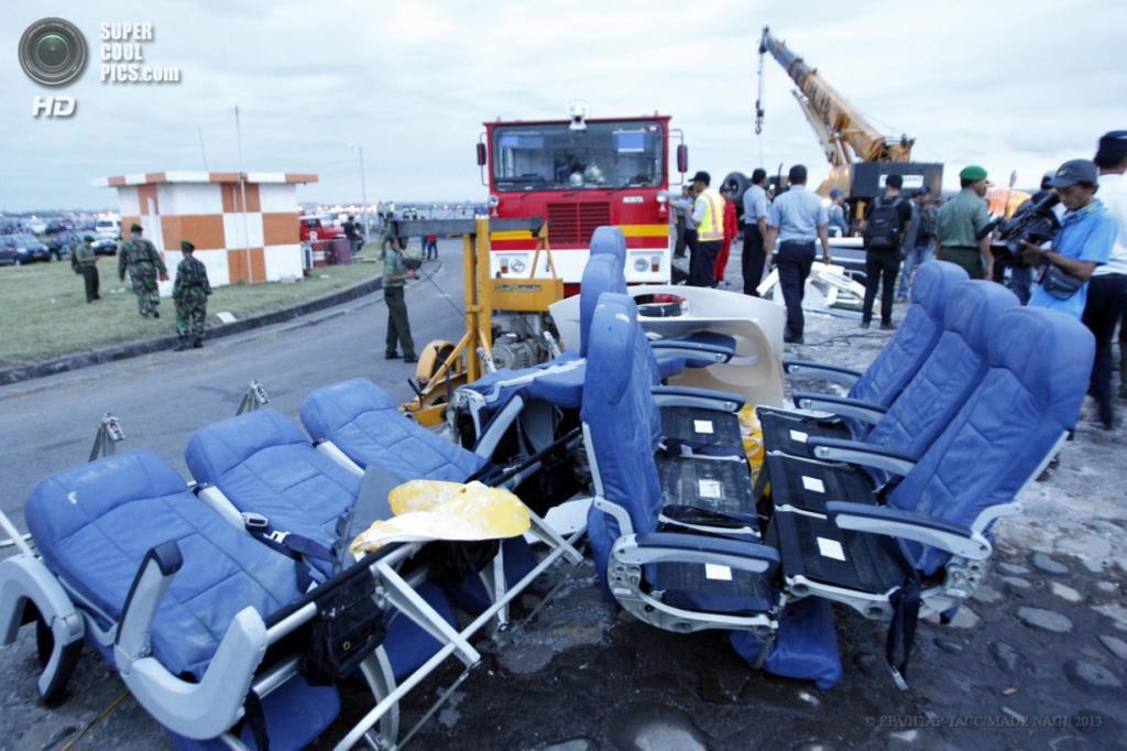 Индонезия. Бали. 16 апреля. Демонтаж самолёта Lion Air, потерпевшего крушение. (EPA/ИТАР-ТАСС/MADE NAGI)