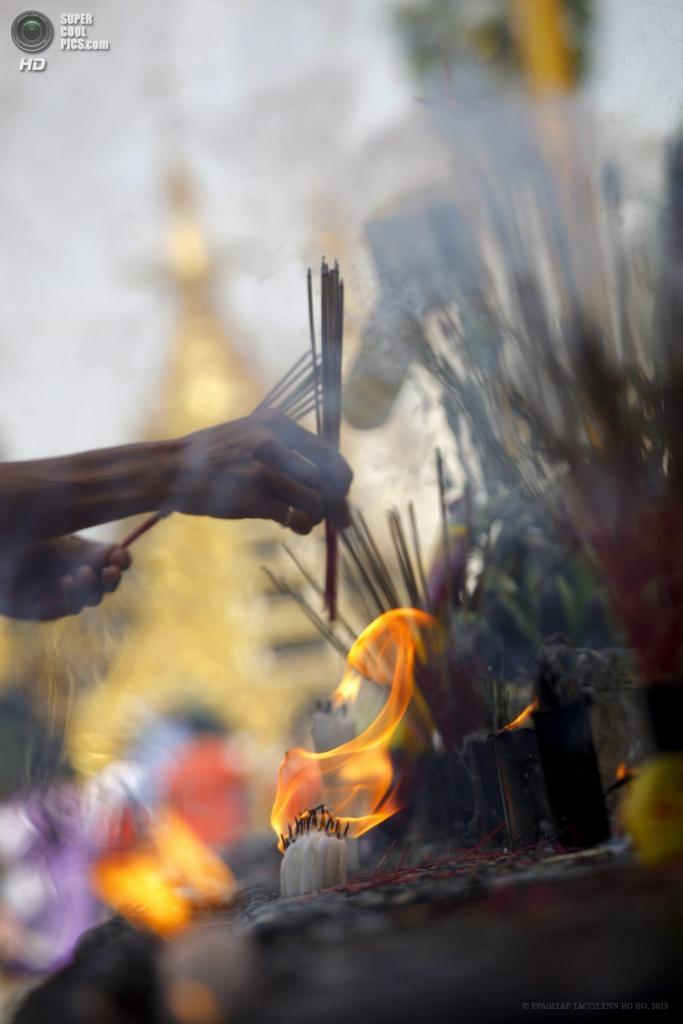 Мьянма. Янгон. 17 апреля. Сжигание благовоний. (EPA/ИТАР-ТАСС/LYNN BO BO)