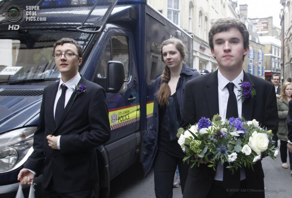 Англия. Лондон. 17 апреля. Жители города во время церемонии похорон бывшего премьер-министра Великобритании Маргарет Тэтчер.  (ИТАР-ТАСС/Михаил Почуев)
