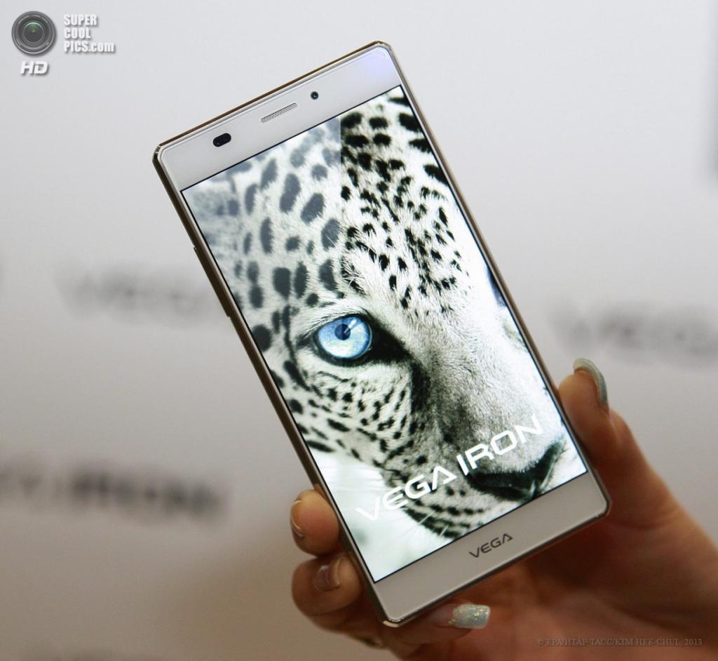 Южная Корея. Сеул. 18 апреля. Презентация смартфона Vega Iron. (EPA/ИТАР-ТАСС/KIM HEE-CHUL)