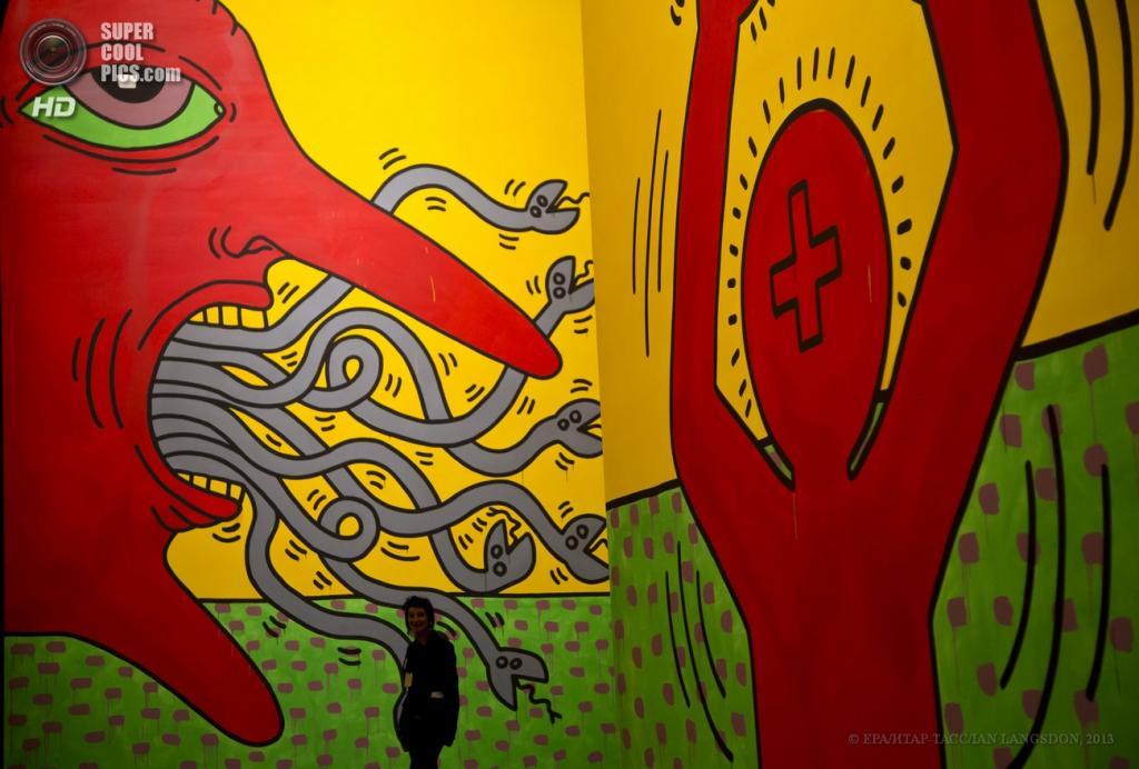 Франция. Париж. 19 апреля. Инсталляция Кита Харинга «Десять заповедей» 1985 года. (EPA/ИТАР-ТАСС/IAN LANGSDON)