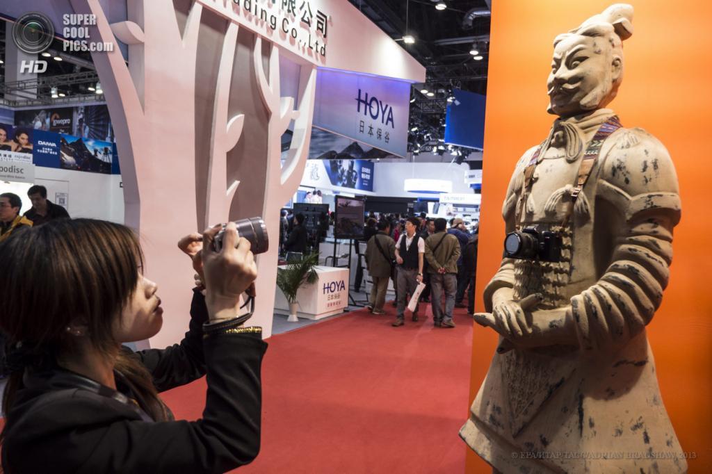 Китай. Пекин. 19 апреля. Терракотовая скульптура древнего китайского воина с фотоаппаратом на шее. (EPA/ИТАР-ТАСС/ADRIAN BRADSHAW)
