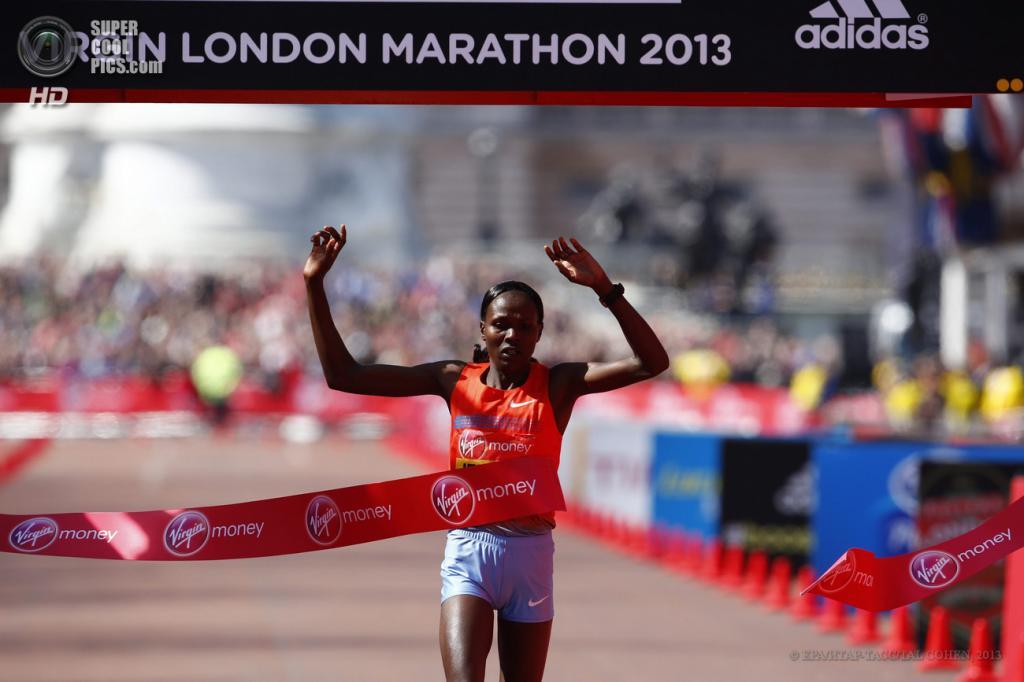 Англия. Лондон. 21 апреля. Кенийская бегунья Приска Джепту — победительница 33-го Лондонского марафона среди женщин. (EPA/ИТАР-ТАСС/TAL COHEN)