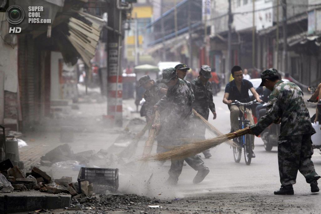 Китай. Яань, Сычуань. 21 апреля. Уборка улиц военнослужащими после землетрясений. (EPA/ИТАР-ТАСС/HOW HWEE YOUNG)