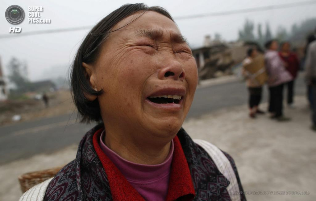 Китай. Яань, Сычуань. 22 апреля. Женщина из зоны бедствия не в силах сдержать слезы. (EPA/ИТАР-ТАСС/HOW HWEE YOUNG)