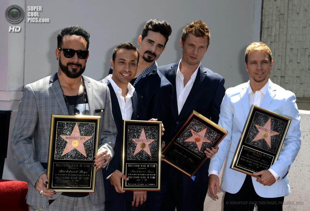США. Лос-Анджелес, Калифорния. 22 апреля. Церемония открытия звезды Backstreet Boys на Голливудской «Аллее славы». (EPA/ИТАР-ТАСС/MICHAEL NELSON)