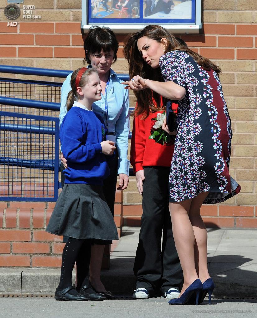 Англия. Манчестер. 23 апреля. Герцогиня Кембриджская Кэтрин во время посещения начальной школы. (EPA/ИТАР-ТАСС/PETER POWELL)