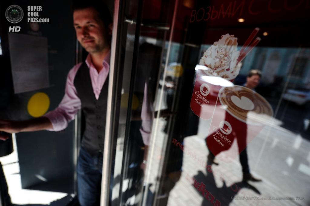 Россия. Москва. 23 апреля. На открытии итальянской кофейни Lavazza Espression. (ИТАР-ТАСС/Антон Новодережкин)