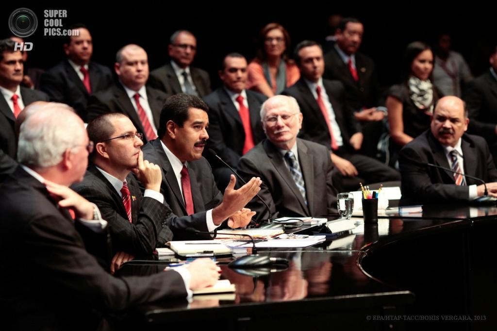 Венесуэла. Каракас. 22 апреля. Николас Мадуро с членами нового правительства. (EPA/ИТАР-ТАСС/MIRAFLORES PALACE)