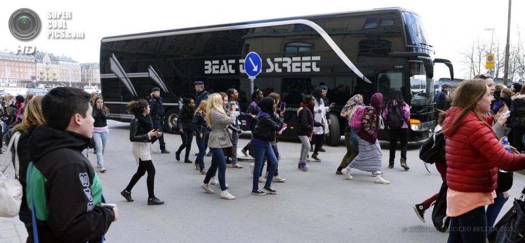 Швеция. Стокгольм. 23 апреля. Фанаты у концертного автобуса Джастина Бибера. (ЕРА/ИТАР-ТАСС/LEO SELLEN)