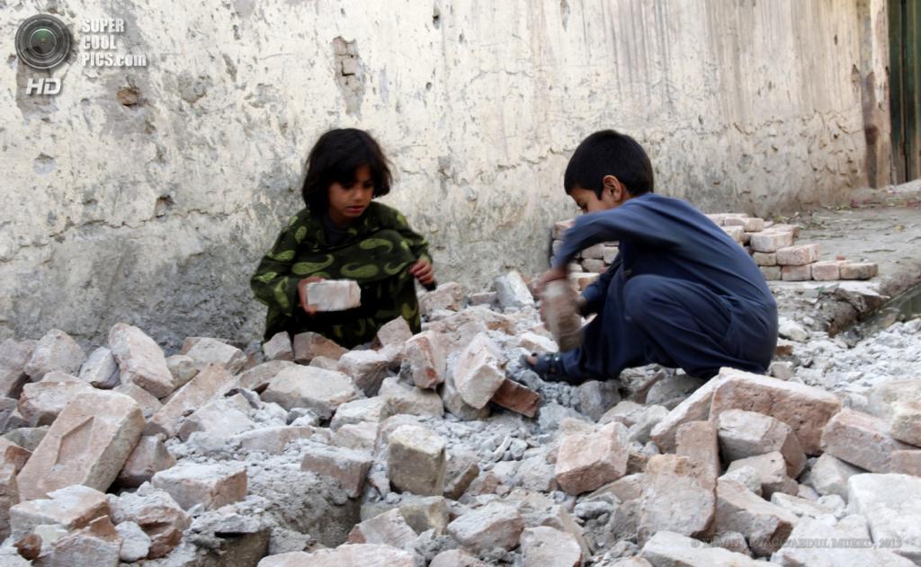Афганистан. Нангархар. 24 апреля. Последствия землетрясения магнитудой 5,7 балла. (EPA/ИТАР-ТАСС/ABDUL MUEED)