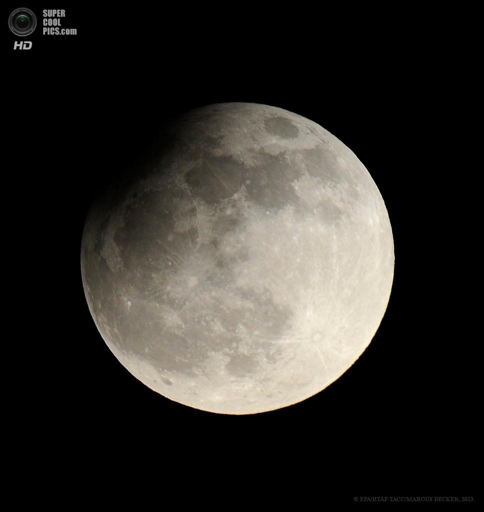 Германия. Кёльн, Северный Рейн — Вестфалия. 25 апреля. Частичное лунное затмение. (EPA/ИТАР-ТАСС/MAROUS BECKER)