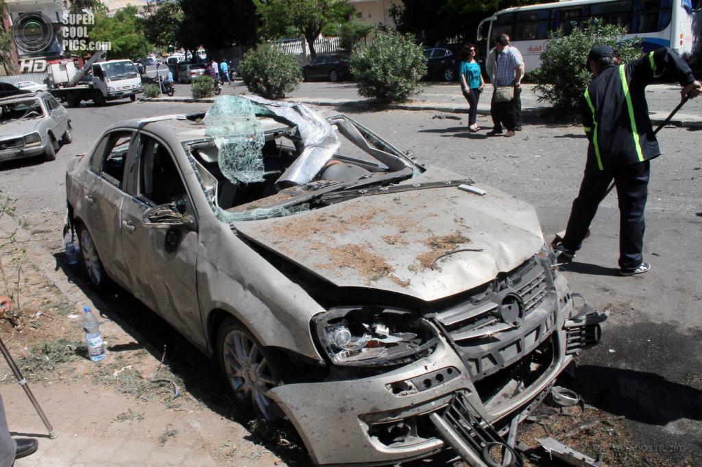 Сирия. Дамаск. 29 апреля. На месте подрыва машины возле кортежа премьер-министра Сирии Ваиля аль-Халки. (EPA/ИТАР-ТАСС/STR)