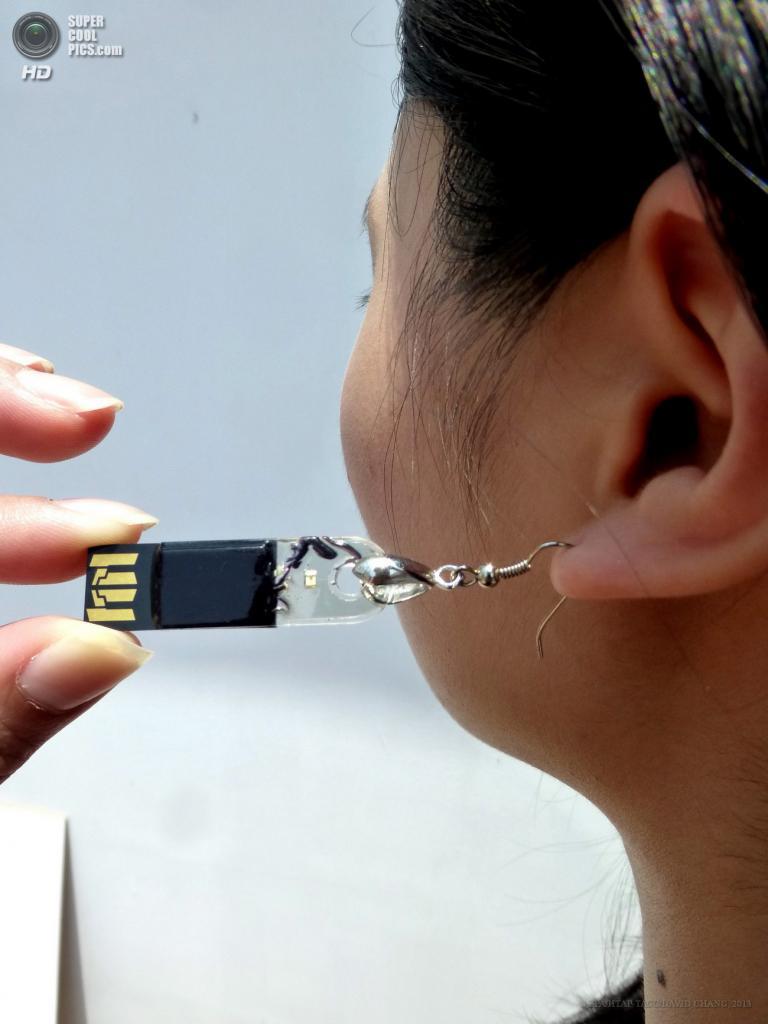Тайвань. Таоюань. 29 апреля. Дизайнер Ван Цзоюнь демонстрирует флешки-украшения Polytron Technologies. (EPA/ИТАР-ТАСС/DAVID CHANG)