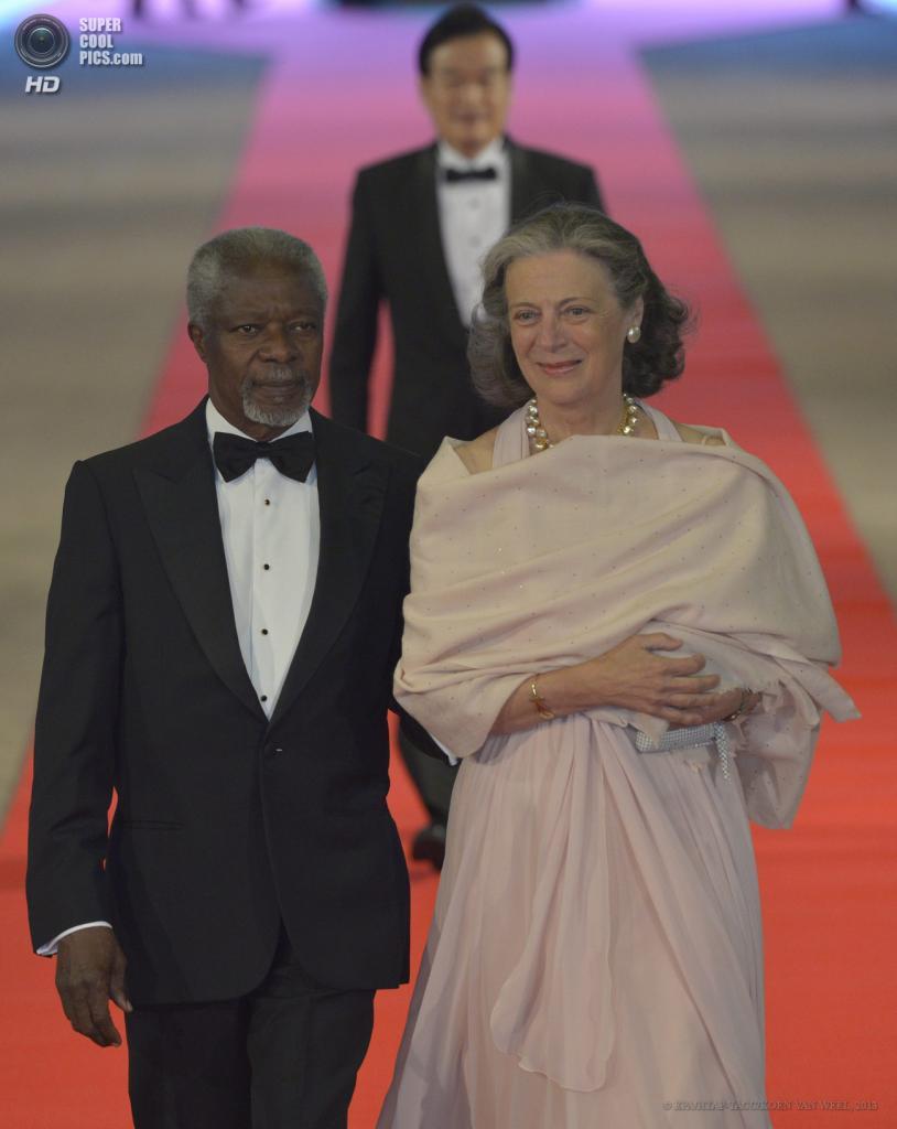 Нидерланды. Амстердам. 29 апреля. Экс-генсек ООН Кофи Аннан с супругой Нанэ. (EPA/ИТАР-ТАСС/KOEN VAN WEEL)