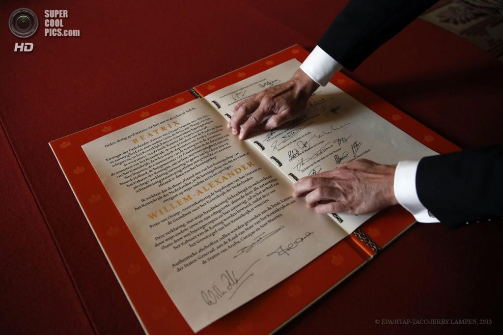 Нидерланды. Амстердам. 30 апреля. Акт об отречении от престол, подписанный королевой Беатрикс. (EPA/ИТАР-ТАСС/JERRY LAMPEN)