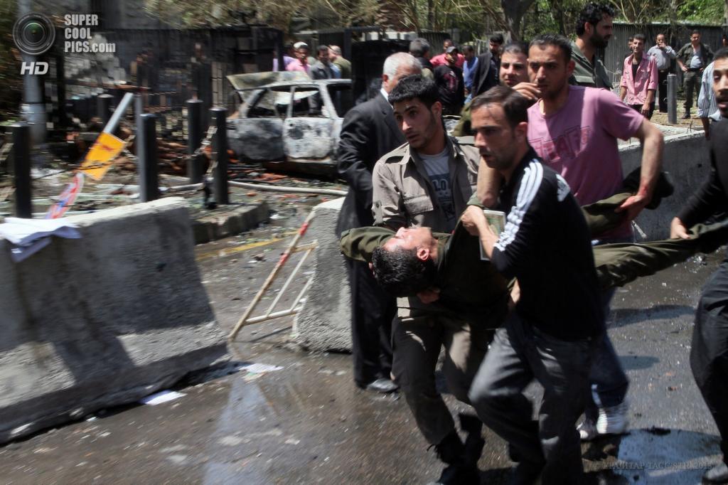 Сирия. Дамаск. 30 апреля. На месте взрыва у здания МВД. (EPA/ИТАР-ТАСС/STR)