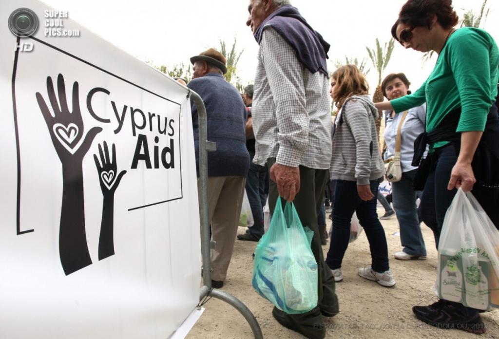Кипр. Никосия. 1 апреля. Благотворительная акция «Помощь Кипру». (EPA/ИТАР-ТАСС/KATIA CHRISTODOULOU)
