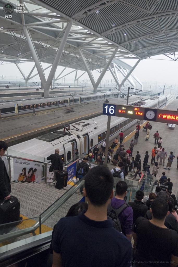 Китай. Гуанчжоу. 2 апреля. Люди держат свой путь к платформам. (EPA/ИТАР-ТАСС/ADRIAN BRADSHAW)