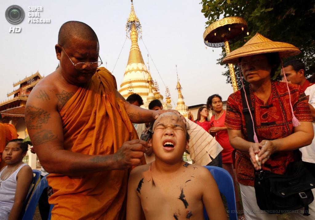 Таиланд. Ватхуавианг, Мэхонгсон. 3 апреля. Церемония пострига шанов в монахи, именуемая «пойсанглонг». (EPA/ИТАР-ТАСС/RUNGROJ YONGRIT)
